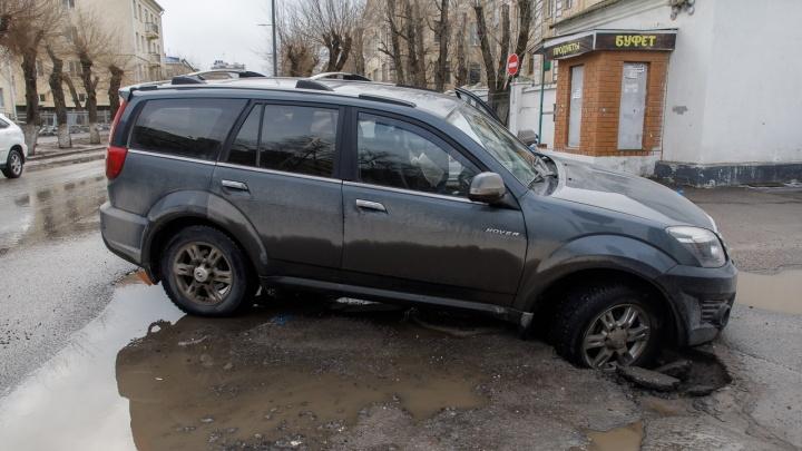 В центре Волгограда внедорожник ушел в провал в асфальте
