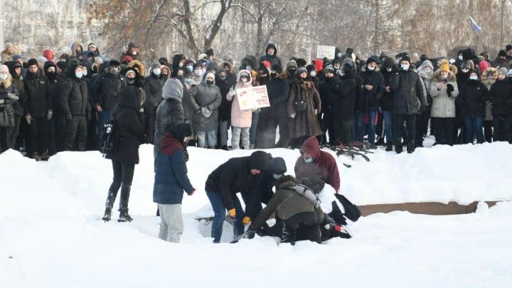 Свердловские власти объяснили, почему не пустили в здание правительства мужчину, которому стало плохо на митинге