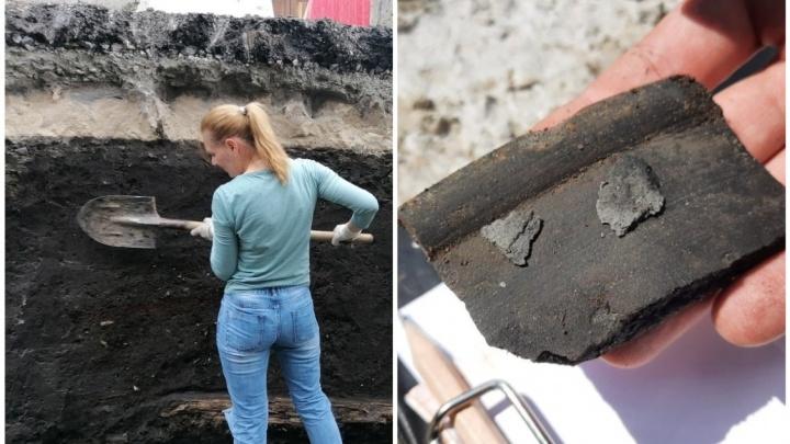 На месте раскопок у элитного ЖК тюменцы обнаружили старинную посуду и предметы