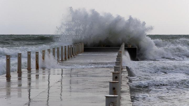 В Анапе запретили купаться из-за шторма