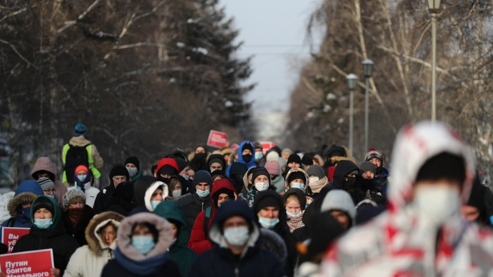 Первые кадры с запретной акции в поддержку Навального в Новосибирске— задержания и столкновения с полицией