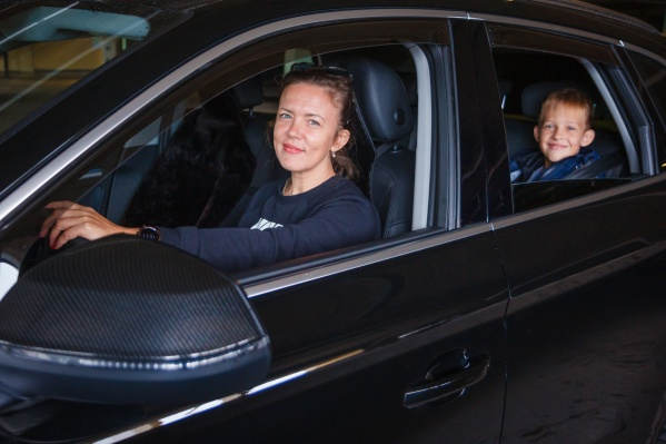 Алла Зяблева работает автоняней уже два года — она возит на занятия не только своих детей, но и чужих
