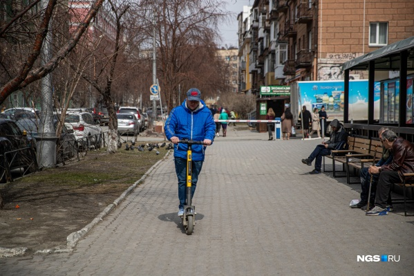 Авторедактор НГС Дмитрий Косенко знает толк в транспорте — он провел более 200 тест-драйвов автомобилей, а вот на электросамокат встал впервые