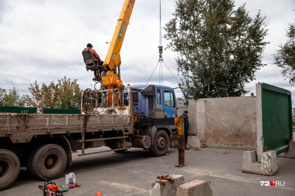 Рядом со стройкой возводят основательный бетонный забор, чтобы скрыть всё там происходящее от посторонних глаз