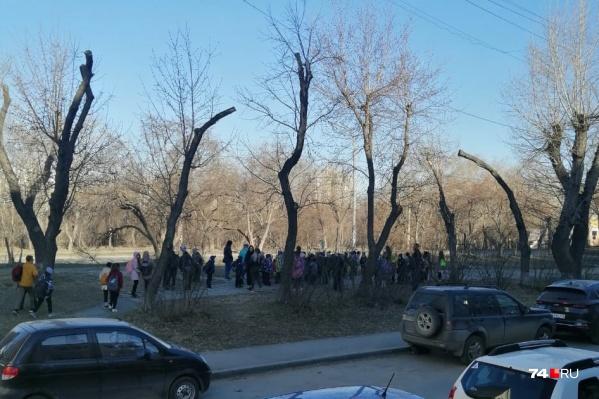 """Ученики школы <nobr class=""""_"""">№ 50</nobr> сегодня первый урок провели на улице"""