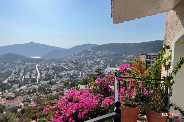 Вид на город Калкан, расположенный у Средиземного моря