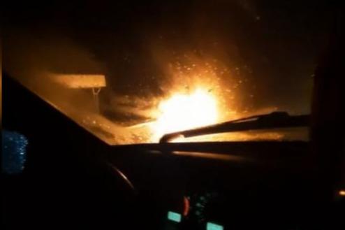 «Смотри, как полыхает»: на трассе Волгоград — Волжский дотла сгорела иномарка