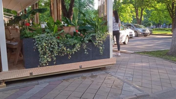 Мэрия Краснодара проверит, законно ли поставили террасу на тротуаре по Красной