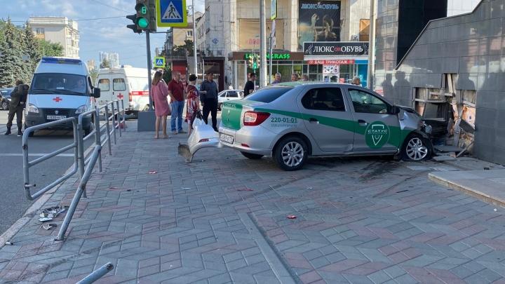 Машина ЧОПа вылетела на тротуар в центре Челябинска, есть пострадавшие