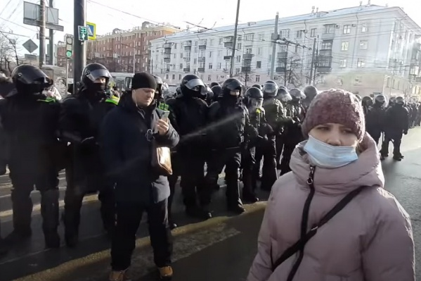 Виктория Новикова попыталась перейти улицу Энгельса, ее не пустили, и женщина осталась на проезжей части. Сегодня ее увезли на допрос в полицию