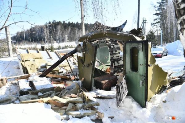 Остатки разрушенного экскаватором КПП на въезде в Среднеуральский женский монастырь