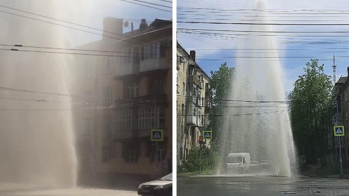 Гейзер высотой с пятиэтажный дом прорвался в центре Ярославля. Видео