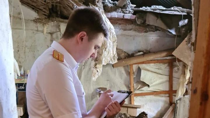 В Краснодаре в многоквартирном доме обрушился потолок. Жители давно жаловались на его аварийное состояние