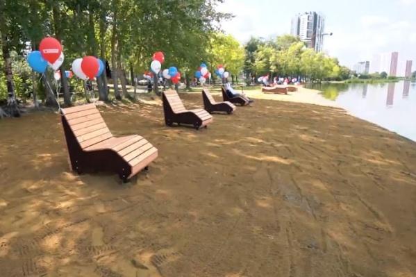На пляже установили скамейки и лежаки