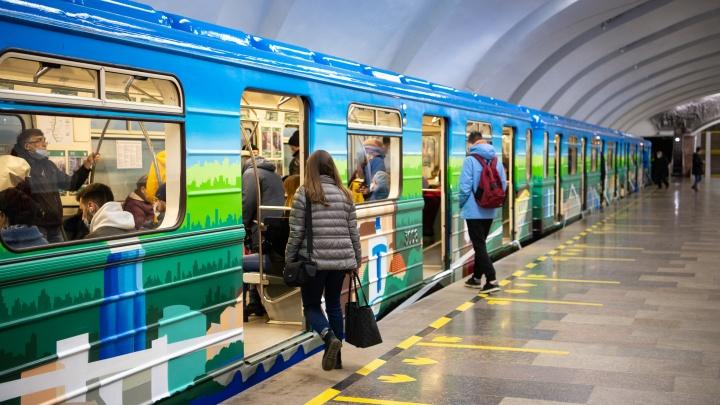 Снаружи граффити, внутри — фотовыставка: в екатеринбургском метро начал курсировать юбилейный поезд