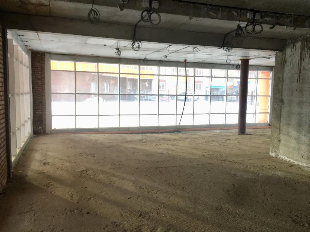 В здании есть несколько витражных окон