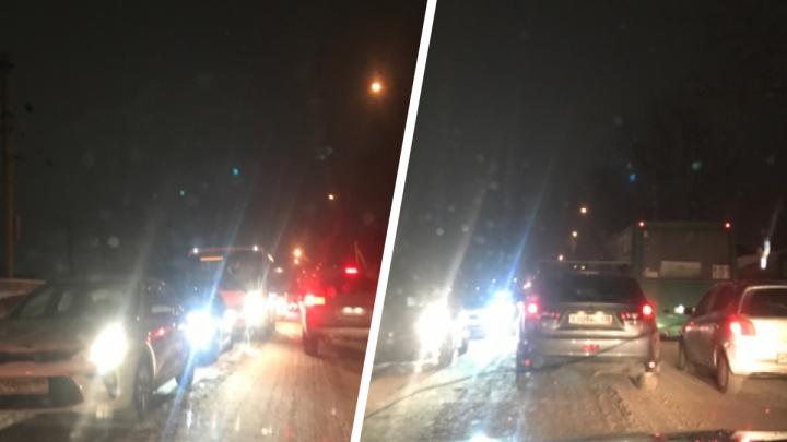 «Стоим капитально»: утренний Новосибирск сковали 8-балльные пробки