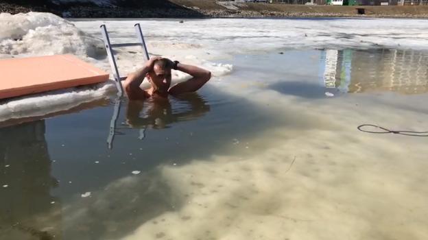 Житель Башкирии уже более 40 минут сидит в проруби, чтобы установить мировой рекорд