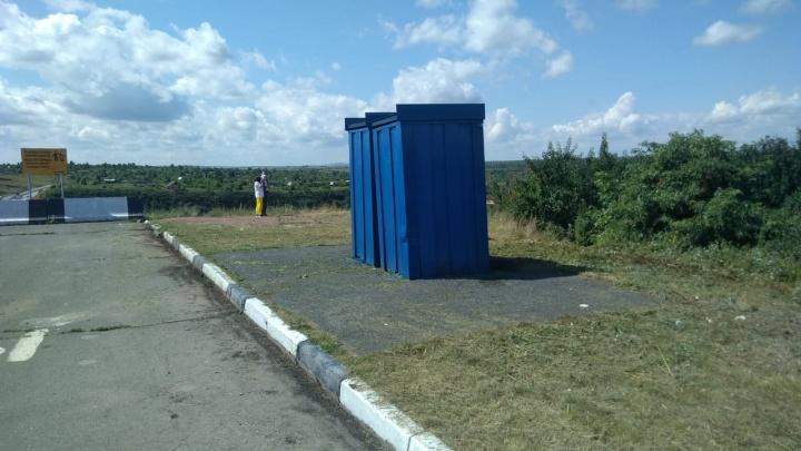 Дорожники пообещали заменить дорожные туалеты после жалобы португальца с роскошной виллой по соседству