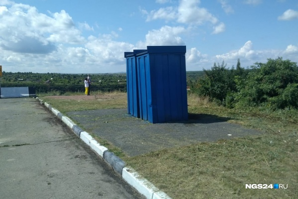Территорию вокруг туалетов очистили