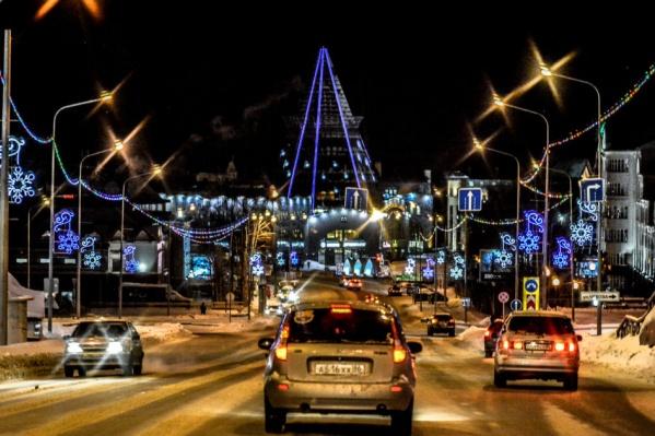 Чтобы прогуляться по темным улицам в Ханты-Мансийске, нужно хорошо знать город. Большинство улиц залито светом даже ночью