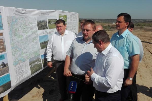 Виталия Сазонова (в центре) подозревают в причастности к крупным хищениям из областного бюджета