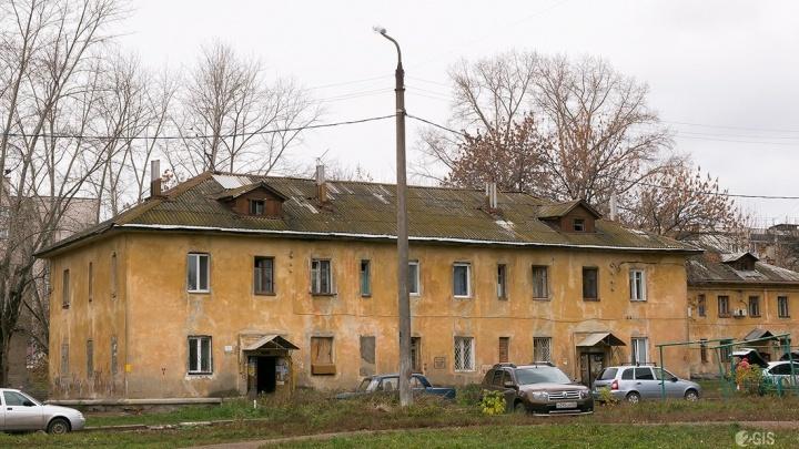 В Уфе из окна выпали двое детей, трехлетняя девочка в больнице, ее брата поймал проходивший мимо мужчина