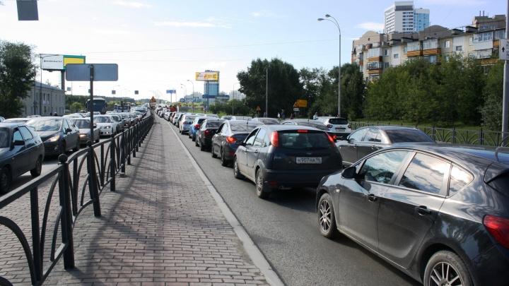 «Живи там губернатор, мост бы не закрыли». Водители — о диких пробках по пути на Россельбан