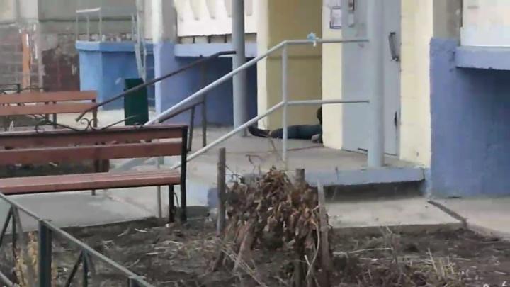 В Челябинске пьяная компания избила случайного прохожего под видеокамерами, он скончался
