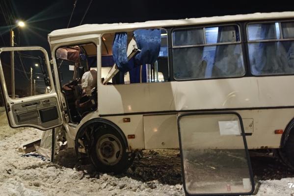 Маршрутка буквально развалилась от удара, водитель не смог сам выбраться из кабины, ему помогали пассажиры