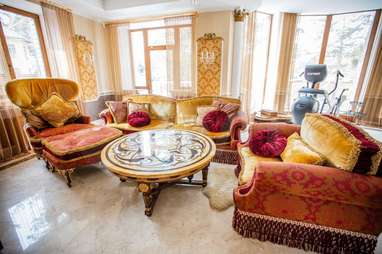 На мебели — бархатные чехлы