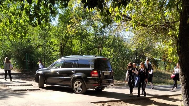 За ребенком заезжал: полиция Волгограда оштрафовала владельца внедорожника, заехавшего на пешеходные дорожки у школы
