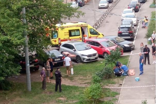 Пытались откачать: в Ярославле из окна многоэтажки на Пятерке выпал мужчина. Видео