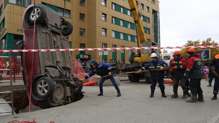 Как вытаскивали автомобили из ямы с кипятком — 16 впечатляющих кадров с улицы Фрунзе
