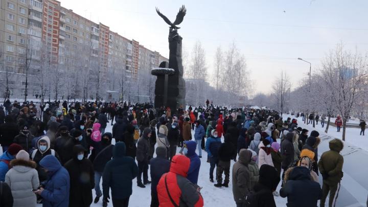Участники несогласованной акции протеста начали движение по центру Челябинска