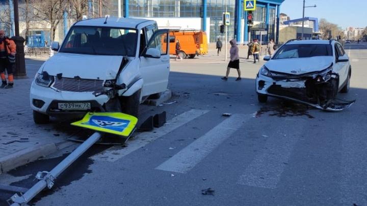 Названа причина аварии в центре Тюмени, где «УАЗ-Патриот» отбросило на пешеходов