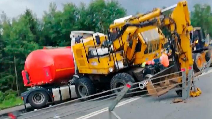 «Благо не рвануло»: в Ярославской области на трассе бензовоз столкнулся с экскаватором. Видео