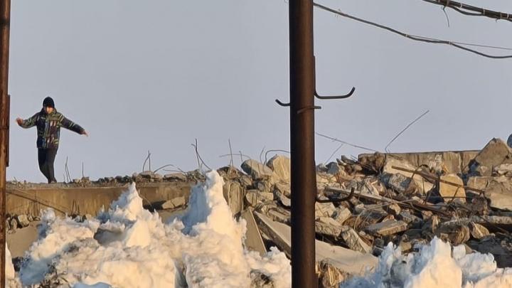 «Дети бегают по опасной стройке»: норильчане жалуются на нарушение правил при сносе домов