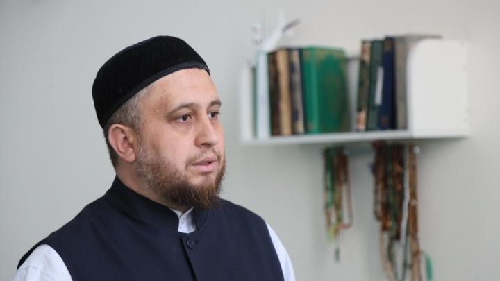 «Быть родителями убийцы— позор для мусульман»: что по этому поводу говорит имам и почему прячут мать с отцом казанского стрелка