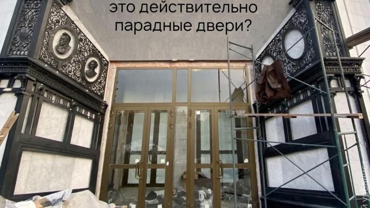 «Самый трогательный элемент»: урбанист — о новых дверях драмтеатра, которые не отличаются от входа в магазин