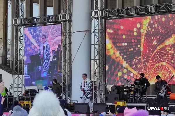 Элвин Грей спел несколько своих песен