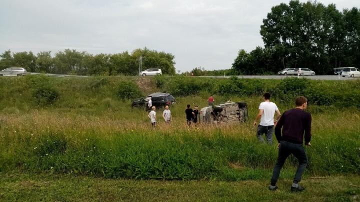 На трассе в Новосибирской области столкнулись два автомобиля — пассажирка одного из них вылетела в окно