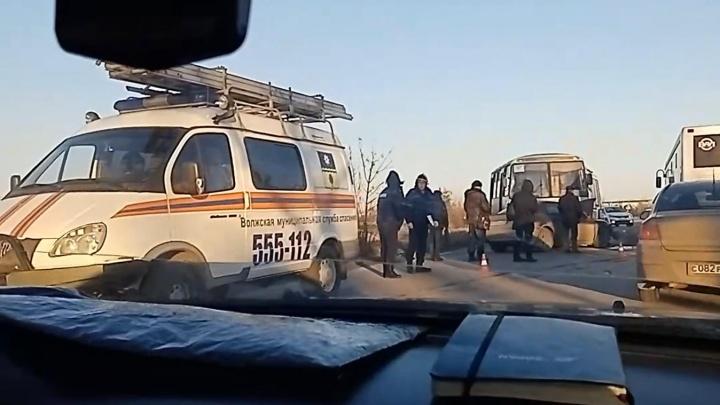 Лобовое столкновение в Волжском. В речпорту Audi пошла на таран автобуса