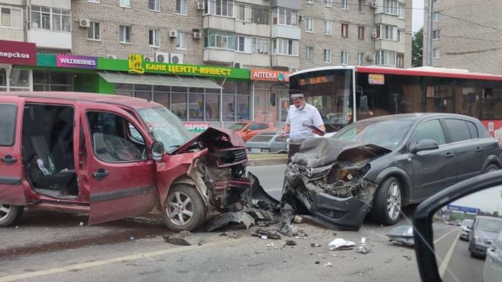 В центре Волгограда за 20 минут произошло два тройных ДТП