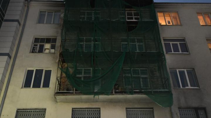 «Мы даже не можем выйти на балкон». Жильцы горевшего дома на Вайнера полтора года ждут ремонта