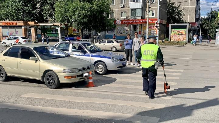 Водитель в Екатеринбурге проехал на красный и сбил ребенка на переходе. Он получил штраф в 1800 рублей