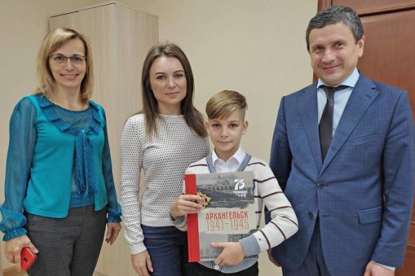 Министр Сергей Свиридов поблагодарил Глеба и подарил ему книгу «Архангельск 1941–1945»