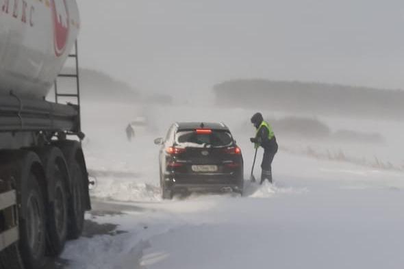 По дороге не могли проехать ни легковушки, ни грузовики
