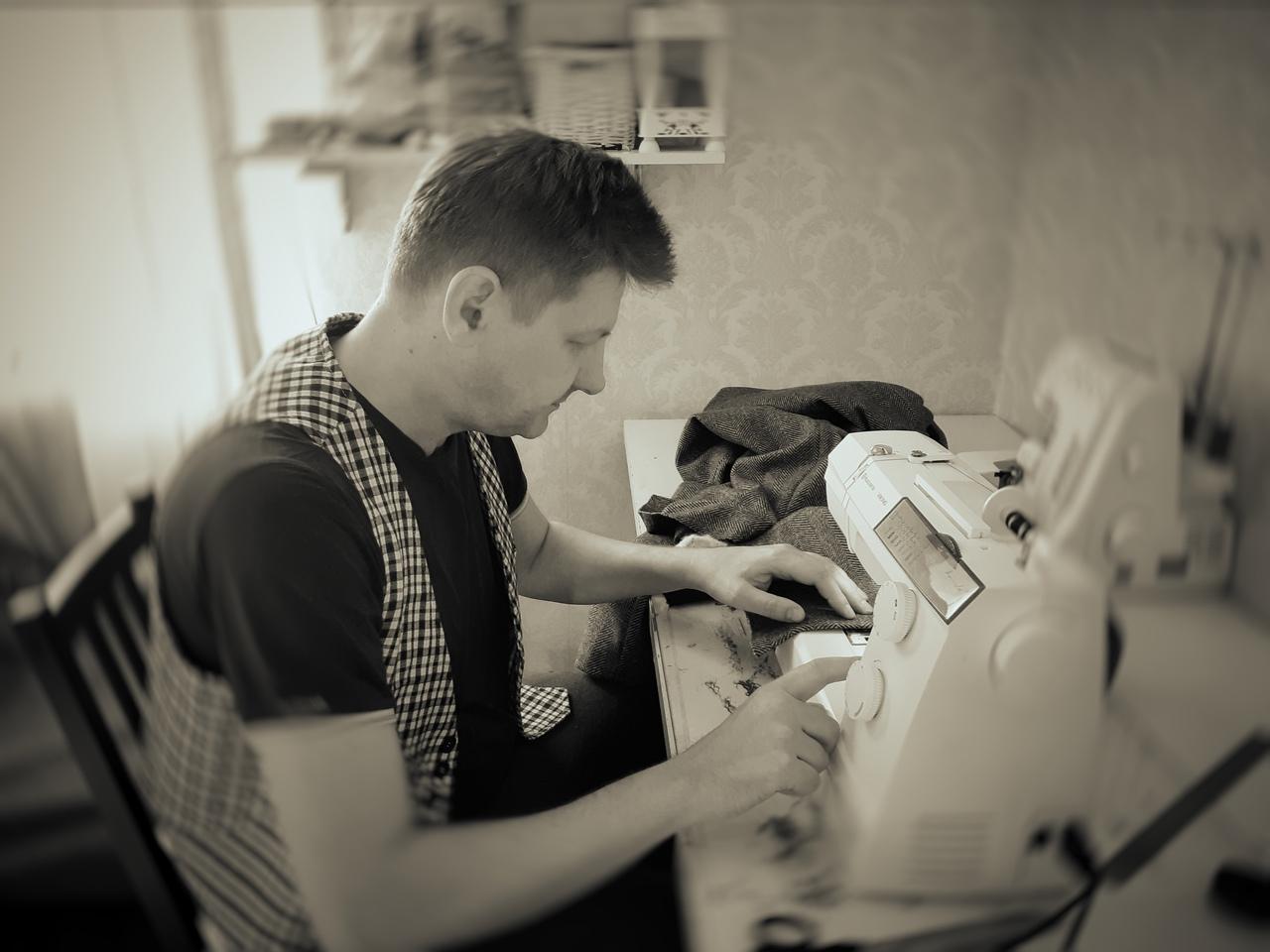 Антон шьет одежду на дому