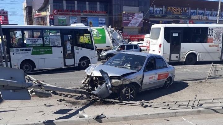 На проспекте Мира водитель врезался в машину, налетел на двух пешеходов и сбежал